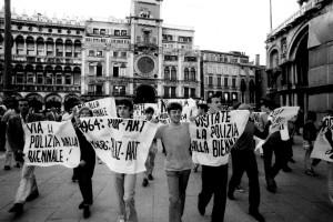 """Ugo Mulas, Venezia, 1968. Proteste studentesche, XXXIV Esposizione Biennale Internazionale d'Arte, """"Photo Ugo Mulas © Ugo Mulas Heirs. All rights reserved,"""" courtesy camera16 contemporary art"""