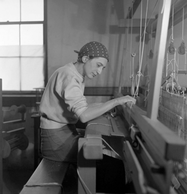 Anni-Albers-in-her-weaving-studio-at-Black-Mountain-College-1937